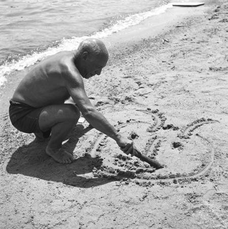 pablo-picasso-dessinant-sur-le-sable-juan-les-pins-1953